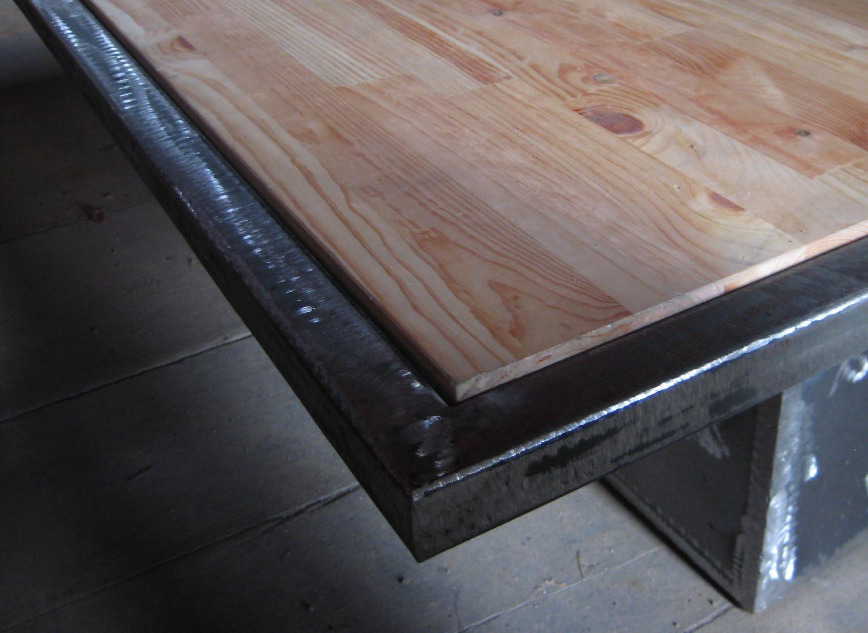 lit en tole vernie table de lit. Black Bedroom Furniture Sets. Home Design Ideas